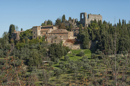val: VAL DORCIA, TUSCANY-ITALY - OCTOBER 30, 2016: Unknown countryside in the scenic Tuscan landscape with rolling hills and valleys in Val DOrcia, Italy in autumn