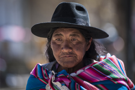 TARABUCO, BOLÍVIA - 6 DE AGOSTO DE 2017: Mulher Quechua nativa nativa não identificada com roupa e chapéu tribais tradicionais, no mercado local de Tarabuco domingo, Bolívia - Ámérica do Sul
