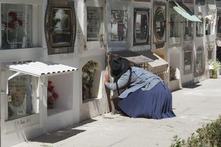 수크레, 볼리비아 -2007 년 8 월 7 일 : 수크레, 볼리비아에서 Cementerio 시립 묘지에서 무덤 근처 알 수없는 여자