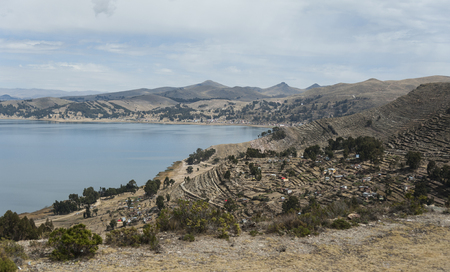 Along the road from San Pedro de Tiquina to Copacabana on the Titicaca lake, the largest highaltitude lake in the world (3808m)? Bolivia, South America Banque d'images