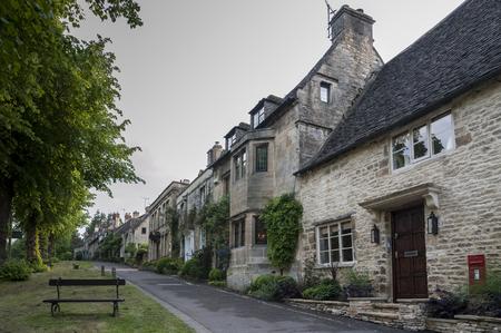 Cotswold pittoresque cottages en pierre romantique sur la colline, dans le charmant village de Burford, Cotswolds, Oxfordshire