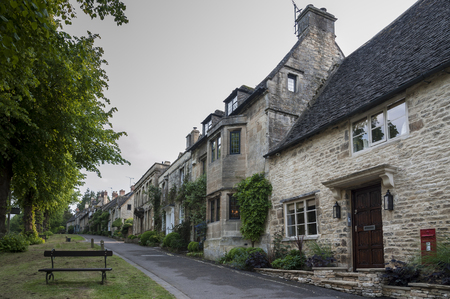 Quaint Cotswold romantic stone cottages on The Hill, in the lovely Burford village, Cotswolds, Oxfordshire 免版税图像 - 130973803