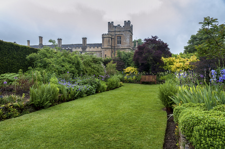 SUDELEY CASTLE, WINCHCOMBE, GLOUCESTERSHIRE, ENGLAND - MAY, 26 2018: 16th century Sudeley Castle and its gardens in Winchcombe, Gloucestershire, Cotswolds, England 報道画像