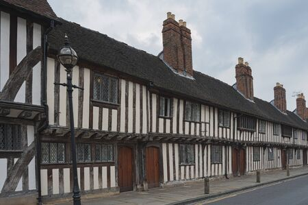 STRATFORD-UPON-AVON, WARWICKSHIRE, UK - MAY 27, 2018: Medieval tudor Alms Houses from the 16th century, Chapel Street, Stratford upon Avon, Warwickshire, England UK Publikacyjne