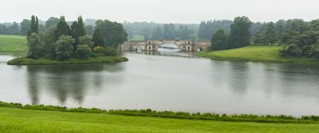 Bridge, lake and landscape around Blenheim Palace, the birthplace of Winston Churchill and residence of the dukes of Marlborough which is a UNESCO World Heritage Site - UK Publikacyjne