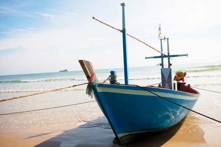gefesselt: rope tied up wooden boat, unmovable Lizenzfreie Bilder