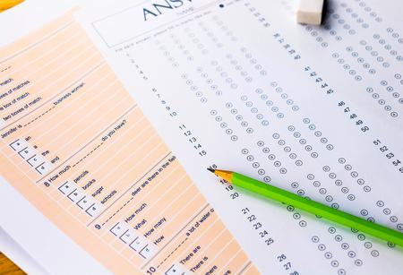 vragen en antwoordblad voor Engelse test op tafel Stockfoto