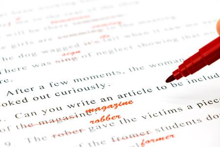 Lápiz rojo marcado en la ortografía equivocada y escribir la palabra correcta arriba Foto de archivo - 56044275