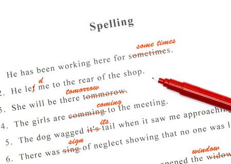 roten Stift markiert auf falsche Schreibweise und richtige Wort schreiben oben