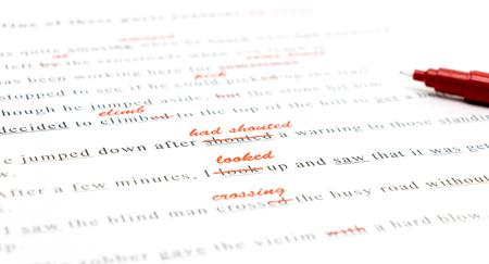 rode pen gemarkeerd op de verkeerde spelling en schrijven juiste woord boven