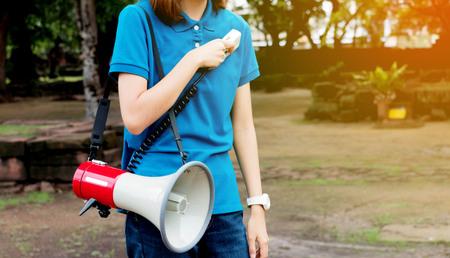 guia de turismo: Guía sostiene el micrófono y el altavoz