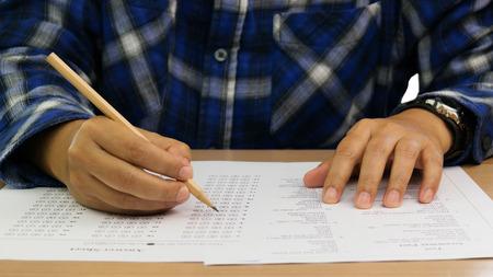 Englischer Grammatiktest und Antwortbogen auf dem Tisch