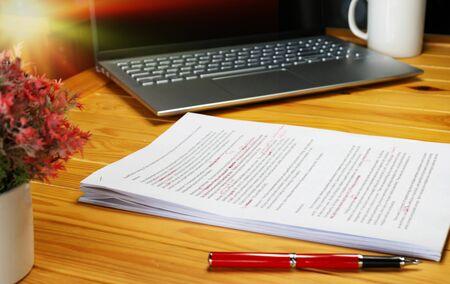 Revisión de papel sobre la mesa en la oficina para el servicio