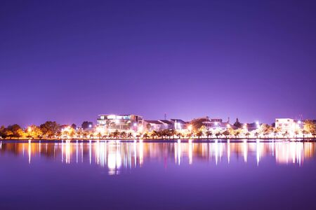 cityscape and reflection on lake at night Stockfoto