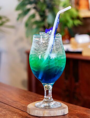 bright blue soda in glass on table in restaurant Stockfoto