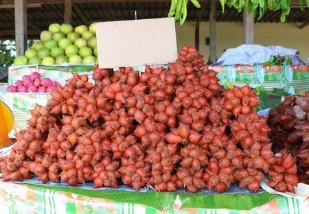 bunch of fresh salacca on shelf in market Banco de Imagens