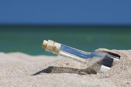 海と水平線とボトル内のメッセージ。フィールドの浅い深さと水平ショット。