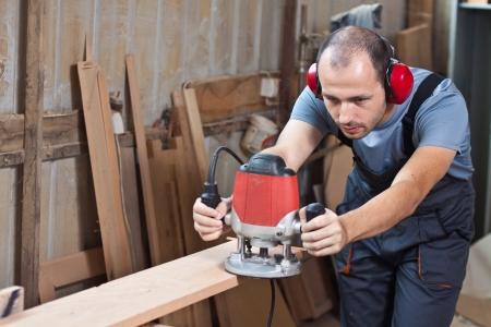 carpintero: Hombre de trabajo con un router, tiro horizontal con copia espacio