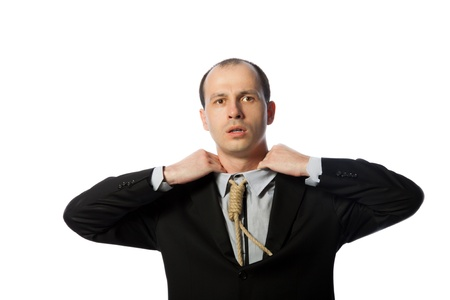 suffocating: Uomo d'affari con cravatta patibolo soffocante e cercando di liberarsi, colpo orizzontale, isolato su bianco Archivio Fotografico