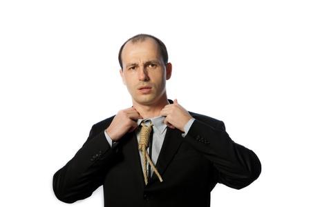 suffocating: Uomo d'affari con cravatta patibolo soffocante e cercando di avere un, colpo orizzontale respiro, isolato su bianco