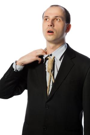 suffocating: Uomo d'affari con cravatta forca prendere un, colpo verticale respiro isolato su bianco
