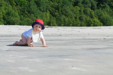 bebe gateando: Beb� adorable que se arrastra en una playa virgen