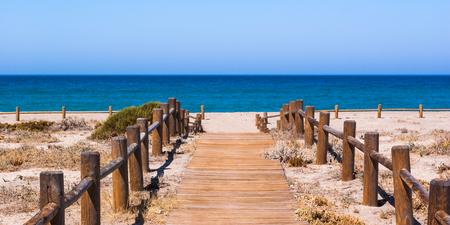 Holzweg zum Strand in Almeria Spanien