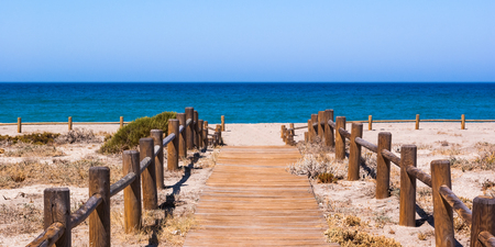 Wooden walkway to the beach in Almeria Spain 免版税图像