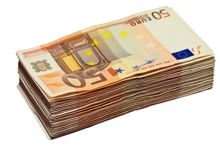 letra de cambio: Pila de billetes de 50 euros, aislado sobre fondo blanco puro