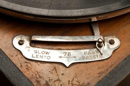 pertinente: Tiempo es relevante... Detalle de un muy antiguo gram�fono Foto de archivo