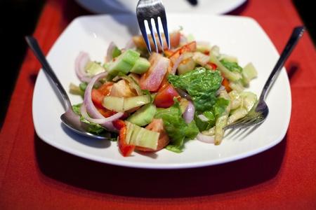 mediterrane k�che: Griechischer Salat mit Tomaten, Salat, Gurken, Zwiebeln, Pfeffer und Oliven�l (Mittelmeerk�che)