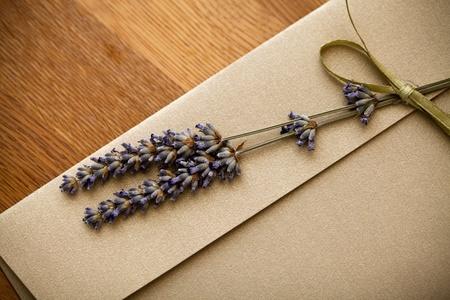 Close up van een uitnodiging envelop versierd met lavendel