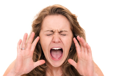 desilusion: Mujer gritando aislados sobre fondo blanco - primer
