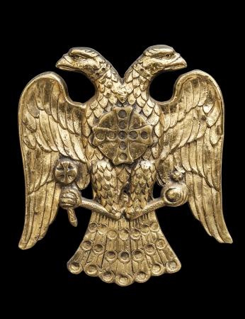 escultura romana: Águila de dos cabezas, símbolo común en heráldica y Vexilología Se asocia más comúnmente con el Imperio Bizantino, el Imperio Romano, el Imperio ruso y sus estados sucesores - fondo negro, máscaras de recorte incluidos Foto de archivo