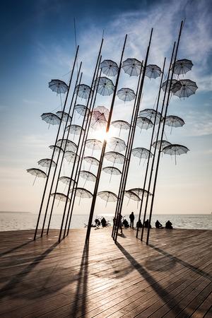 テッサロニキ パラソル彫刻 2014 晴れた冬の日、新しい位置に配置