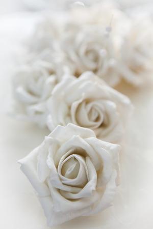 ホワイト ローズ、フィールドの浅い深さで撮影した結婚式のケーキ - マクロの詳細