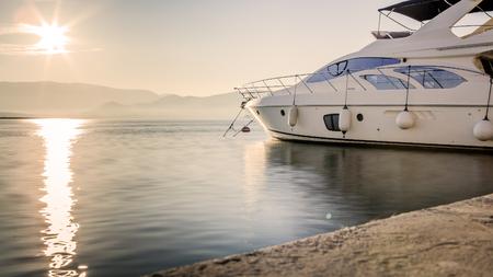 長時間露光ショット、日没前にハーバーで豪華ヨット 写真素材