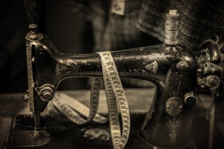 Antike Nähmaschine, Schuss mit sehr alter Weinlese-Linse, verwitterte strukturierte Fotografie, in den Sepia-Tönen Standard-Bild - 89449957
