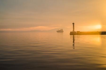 テッサロニキポートビュー、灯台、チルトとシフレンズを使用して、ゴールデンアワー 写真素材 - 92204600