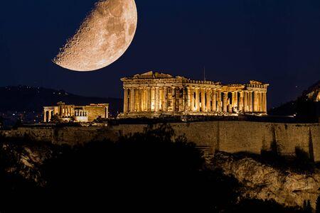Parthénon d'Athènes sous une énorme lune magnifique, au crépuscule, Grèce