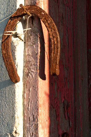 Rusted horseshoe hanging on rusted nail on door frame Banque d'images