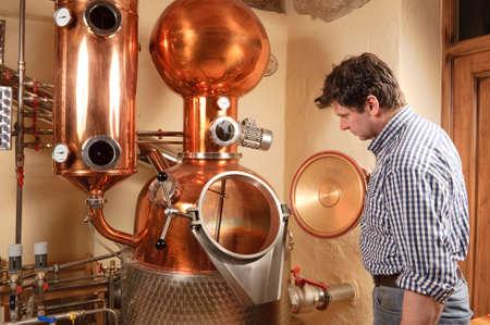 distillation: El hombre frente a la destiler�a - cobre