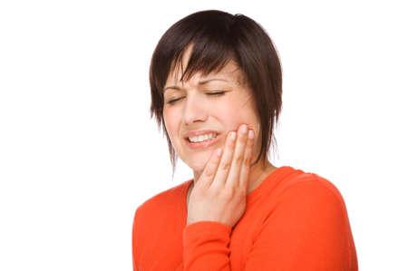 Completo retrato aislado de una hermosa mujer caucásicos con dolor de muelas