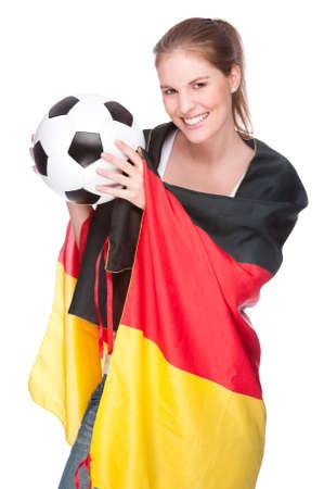 soccer wm: Foto estudio aislado de una mujer joven y bella con f�tbol y bandera de Alemania