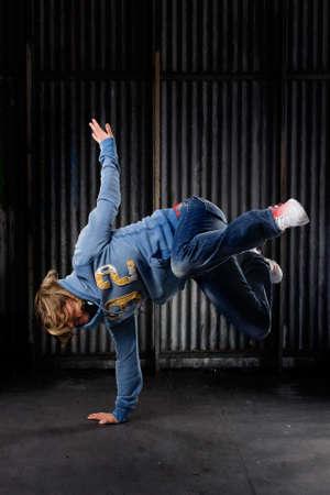 women hips: Hip Hop dancer on a street in the night