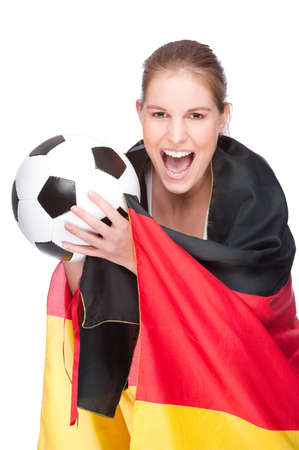 soccer wm: Foto de estudio aislado de una mujer joven y bella con f�tbol y la bandera de Alemania