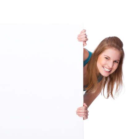 Photo de studio isolé complet d'une jeune femme avec signe blanc copyspace (bannière)