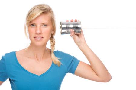 Volledig geïsoleerde portret van een mooie vrouw met tin telefoon