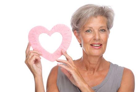 Completo retrato aislado de una mujer senior con corazón