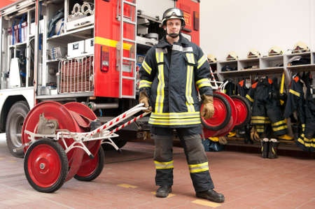 camion de bomberos: Imagen de un bombero j�venes y �xito en el trabajo